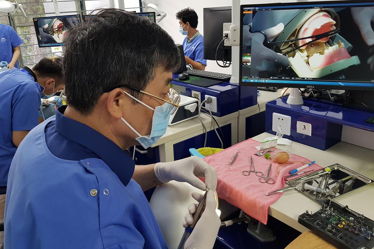 Bác sĩ nam thực hành cấy implant căn bản