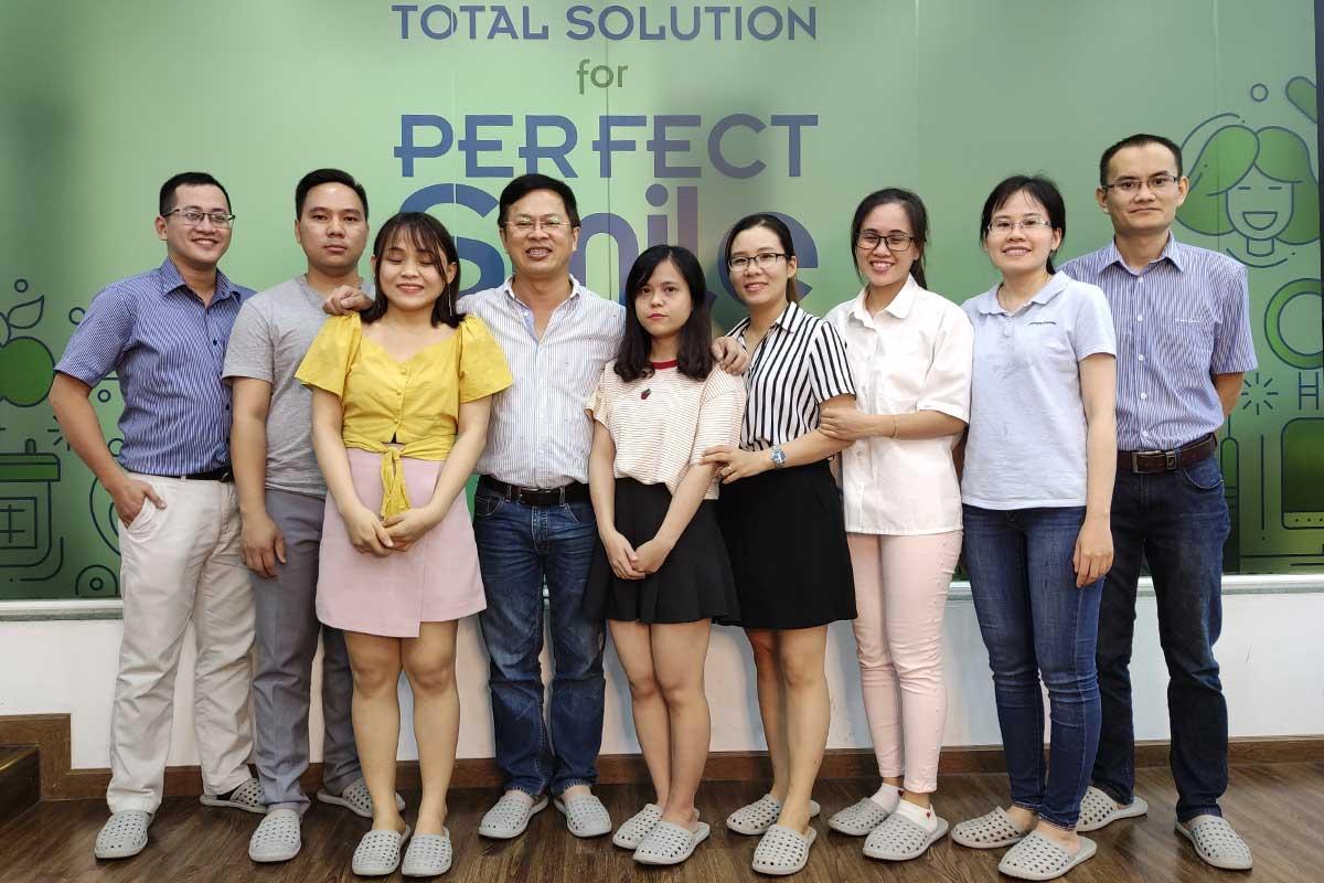 Các Bác sĩ lớp Implant căn bản khóa 10 chụp hình kỷ niệm với Bác sĩ Lê Văn Điềm