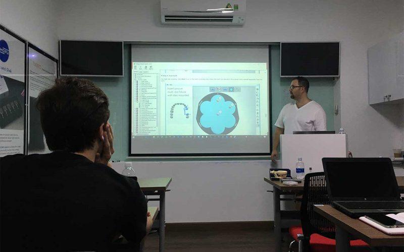 Giảng viên Markus của 3Shape đang nói về phần mềm thiết kế máng hướng dẫn phẫu thuật 3shape