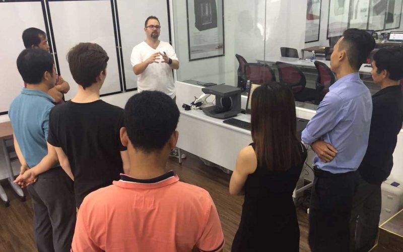 Giảng viên Markus của 3Shape giải thích chức năng của máy scan lab