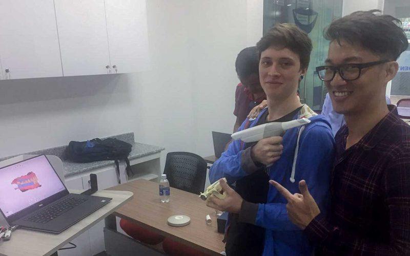 Vũ Sagodent và một học viên khác từ Malaysia quậy phá trong giờ giải lao workshop 3shape